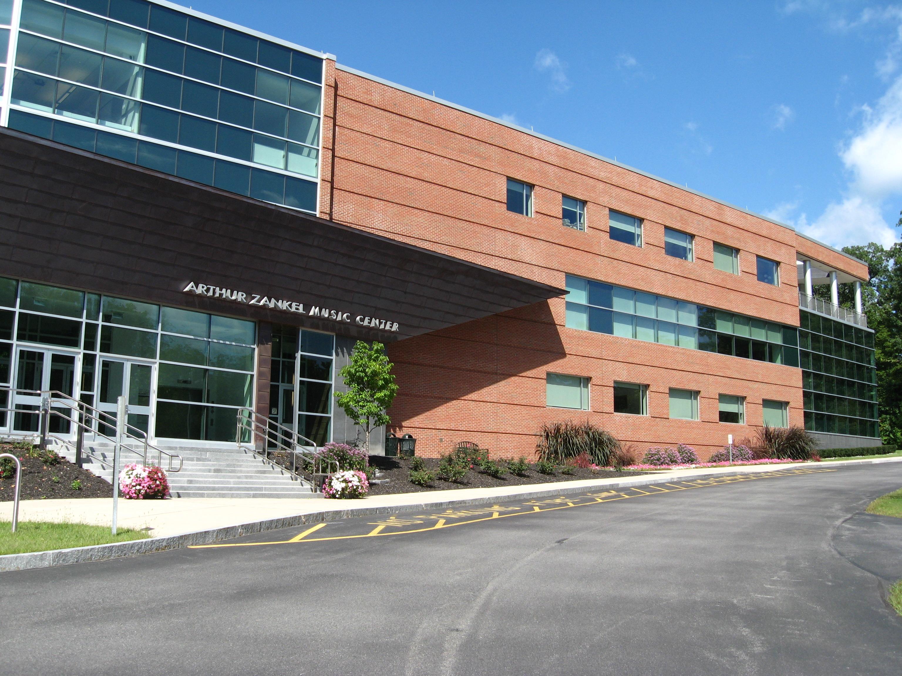 college springs 深泉学院位于美国加利福尼亚州的深泉山谷。学院建立于1917年,是一所私立的男校。深泉学院是美国最具声望及最挑剔的2年制高等学府之一。在学院完成2年的学习以后.